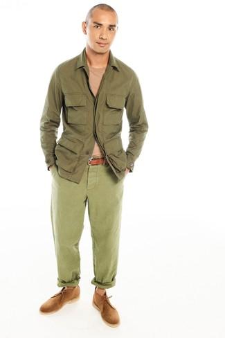 Comment porter: veste style militaire olive, pull à col rond marron clair, pantalon chino olive, bottines chukka en daim marron clair