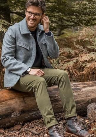 Comment porter: veste style militaire en laine grise, pull à col rond noir, pantalon chino olive, bottes de loisirs en cuir marron foncé