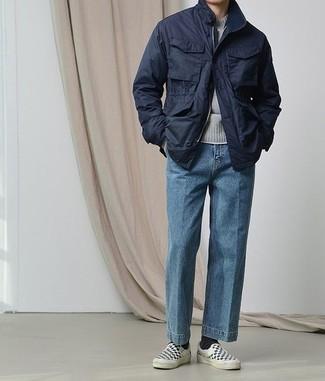 Comment s'habiller quand il fait chaud: Pense à porter une veste style militaire bleu marine et un jean bleu pour une tenue idéale le week-end. Cette tenue se complète parfaitement avec une paire de des baskets à enfiler en toile à carreaux noires et blanches.
