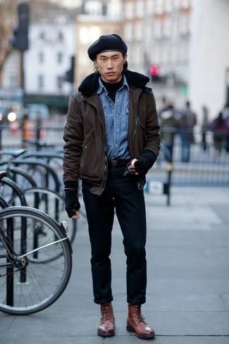 Comment porter une chemise en jean avec des bottes de loisirs: Choisis une chemise en jean et un pantalon chino noir pour obtenir un look relax mais stylé. Choisis une paire de des bottes de loisirs pour afficher ton expertise vestimentaire.