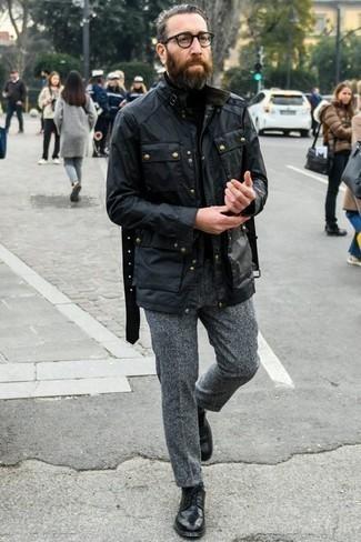 Comment porter une veste style militaire noire: Essaie de marier une veste style militaire noire avec un pantalon chino en laine gris pour affronter sans effort les défis que la journée te réserve. Habille ta tenue avec une paire de des chaussures derby en cuir noires.