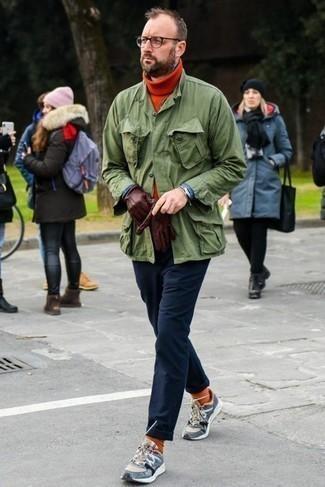 Comment s'habiller après 40 ans quand il fait chaud: Pense à porter une veste style militaire olive et un pull à col roulé en laine orange pour une tenue confortable aussi composée avec goût.