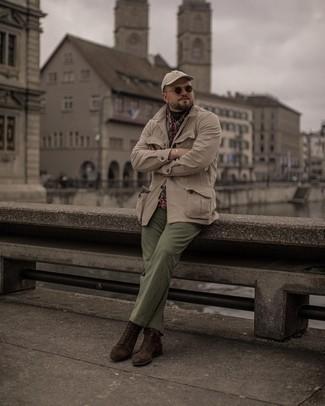 Tendances mode hommes: Marie une veste style militaire beige avec un pantalon chino olive pour une tenue idéale le week-end. D'une humeur audacieuse? Complète ta tenue avec une paire de bottes de loisirs en daim marron foncé.