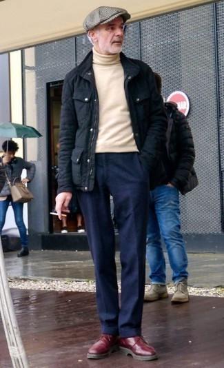 Comment porter une casquette plate grise: Harmonise une veste style militaire bleu marine avec une casquette plate grise pour un look idéal le week-end. Choisis une paire de des bottes de loisirs en cuir bordeaux pour afficher ton expertise vestimentaire.