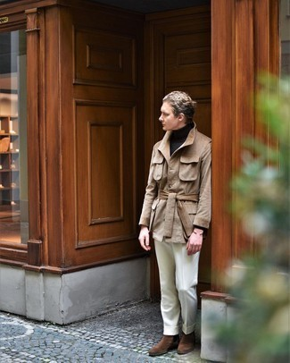 Comment s'habiller au printemps: Marie une veste-chemise en velours côtelé marron clair avec un pantalon de costume blanc pour un look pointu et élégant. Une paire de bottines chelsea en daim marron s'intégrera de manière fluide à une grande variété de tenues. Nous trouvons cette tenue sublime pour pour les journées printanières.