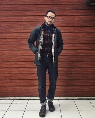 Comment porter: veste style militaire noire, pull à fermeture éclair à carreaux bordeaux, chemise en jean bleu marine, jean noir