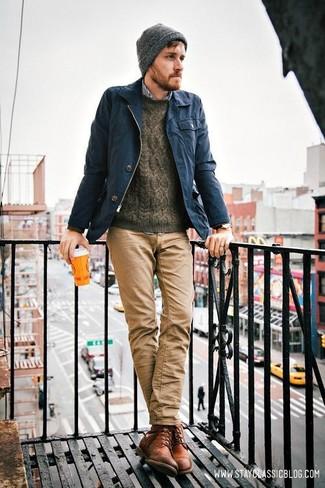 Comment porter: veste style militaire bleu marine, pull torsadé marron foncé, chemise à manches longues en vichy blanc et bleu marine, jean marron clair
