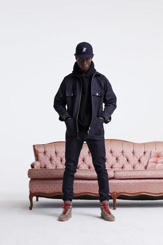 Comment porter: veste style militaire en denim bleu marine, sweat à capuche noir, jean bleu marine, bottes de travail en cuir marron