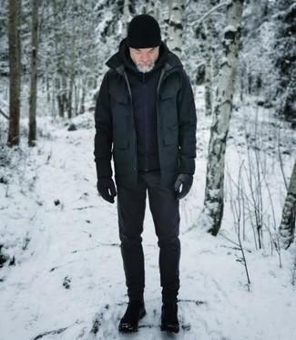 Comment s'habiller après 40 ans: Opte pour une veste style militaire noire avec un pantalon chino noir pour un déjeuner le dimanche entre amis. Jouez la carte décontractée pour les chaussures et fais d'une paire de bottes d'hiver en toile noires ton choix de souliers.