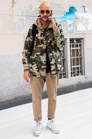 Comment porter un pantalon chino marron clair: Associe une veste style militaire camouflage olive avec un pantalon chino marron clair pour obtenir un look relax mais stylé. Si tu veux éviter un look trop formel, termine ce look avec une paire de des baskets montantes en toile blanches.