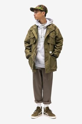 Comment porter des baskets montantes en daim olive: Associe une veste style militaire olive avec un pantalon chino marron pour un déjeuner le dimanche entre amis. Tu veux y aller doucement avec les chaussures? Opte pour une paire de des baskets montantes en daim olive pour la journée.
