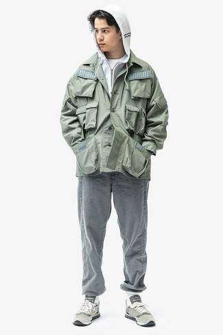 Comment porter une veste style militaire verte: Pour une tenue de tous les jours pleine de caractère et de personnalité essaie d'harmoniser une veste style militaire verte avec un jean gris. Pourquoi ne pas ajouter une paire de des chaussures de sport grises à l'ensemble pour une allure plus décontractée?