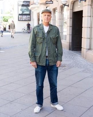 Comment porter des baskets basses blanches: Pour créer une tenue idéale pour un déjeuner entre amis le week-end, pense à harmoniser une veste style militaire vert foncé avec un jean bleu. Une paire de des baskets basses blanches est une option avisé pour complèter cette tenue.