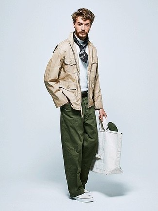 Comment porter un pantalon chino vert foncé: Essaie d'associer une veste style militaire beige avec un pantalon chino vert foncé pour affronter sans effort les défis que la journée te réserve. Cette tenue est parfait avec une paire de des baskets à enfiler en toile blanches.