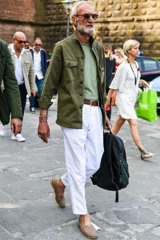Comment porter un pantalon chino blanc: Pour créer une tenue idéale pour un déjeuner entre amis le week-end, pense à porter une veste style militaire olive et un pantalon chino blanc. Une paire de des espadrilles en cuir marron est une option parfait pour complèter cette tenue.