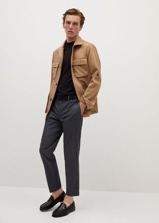 Comment porter des slippers en cuir noirs: Harmonise une veste style militaire marron clair avec un pantalon chino à rayures verticales gris foncé pour un déjeuner le dimanche entre amis. Ajoute une paire de slippers en cuir noirs à ton look pour une amélioration instantanée de ton style.