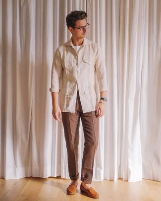 Comment porter: veste style militaire en lin beige, t-shirt à col rond blanc, pantalon de costume marron, slippers en daim tabac