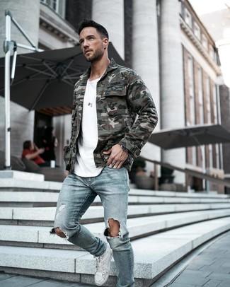 Comment porter: veste style militaire camouflage vert foncé, t-shirt à col rond blanc, jean skinny déchiré bleu clair, baskets montantes en cuir blanches