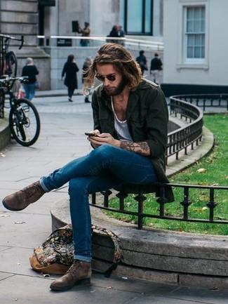 Comment porter: veste style militaire vert foncé, t-shirt à col rond blanc, jean skinny bleu, bottes de loisirs en cuir marron foncé