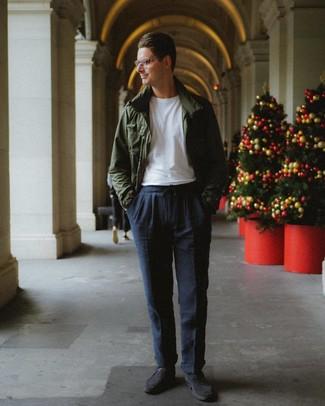 Comment porter: veste style militaire vert foncé, t-shirt à col rond blanc, pantalon chino bleu marine, chaussures derby en daim gris foncé