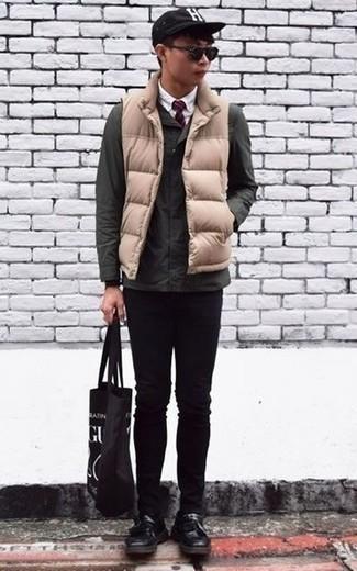 Comment porter des chaussettes noires: Porte une veste style militaire vert foncé et des chaussettes noires pour une tenue relax mais stylée. Une paire de des mocassins à pampilles en cuir noirs ajoutera de l'élégance à un look simple.