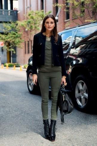 Tenue de Olivia Palermo: Veste en daim noire, T-shirt à col rond olive, Pantalon slim olive, Bottines à lacets en cuir noires
