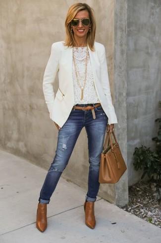 Pour créer une tenue idéale pour un déjeuner entre amis le week-end, choisis une veste blanche et un jean skinny déchiré bleu. Cette tenue se complète parfaitement avec une paire de des bottines en cuir tabac.
