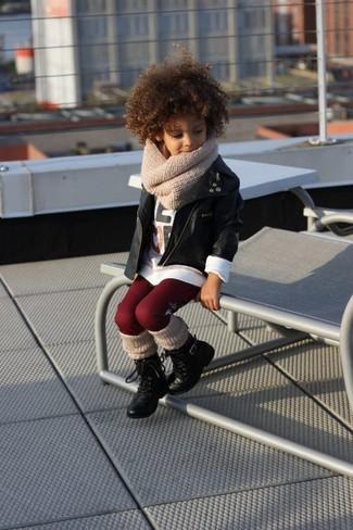Comment porter: veste en cuir noire, t-shirt à manche longue blanc, leggings bordeaux, bottes noires