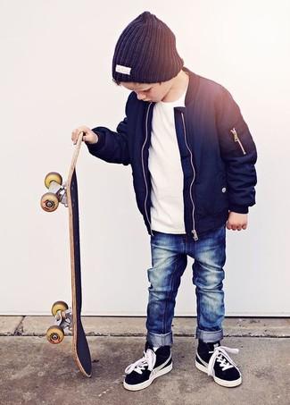 Comment porter: veste bleu marine, t-shirt blanc, jean bleu marine, baskets noires