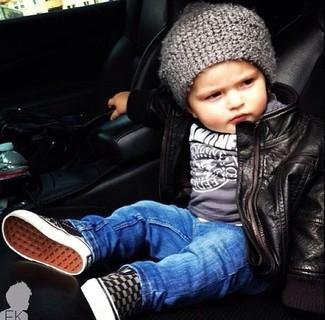 Comment porter: veste en cuir noire, t-shirt gris, jean bleu, baskets grises
