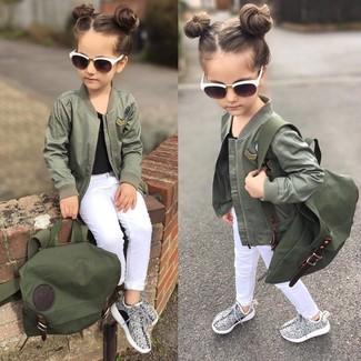 Comment porter: veste olive, t-shirt noir, jean blanc, baskets grises