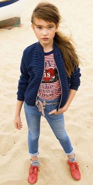 Comment porter: veste matelassée bleu marine, t-shirt à rayures horizontales blanc et rouge, jean bleu, chaussures richelieu rouges