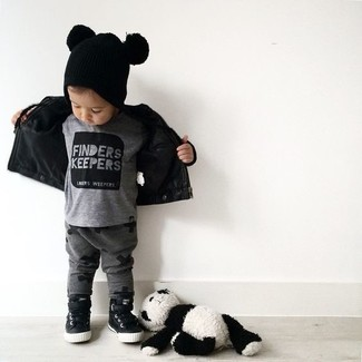 Comment porter: veste en cuir noire, t-shirt gris, pantalon de jogging gris foncé, baskets noires