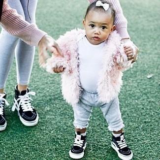 Comment porter: veste en fourrure rose, t-shirt blanc, pantalon de jogging gris, baskets noires