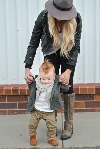 Comment porter: veste olive, t-shirt blanc, pantalon marron clair, bottes marron clair