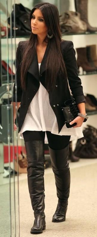 Tenue de Kim Kardashian: Veste noire, Top sans manches blanc, Leggings noirs, Cuissardes en cuir noires