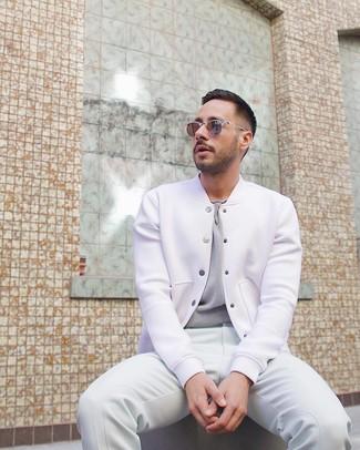 Comment porter: veste universitaire blanche, t-shirt à col rond gris, pantalon de jogging blanc