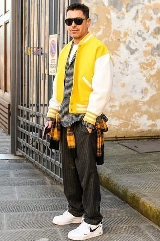 Comment porter un pull à col rond avec un pantalon chino: Harmonise un pull à col rond avec un pantalon chino pour un look de tous les jours facile à porter. D'une humeur créatrice? Assortis ta tenue avec une paire de des baskets basses en cuir blanches et noires.