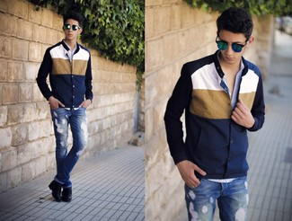 Comment porter: veste universitaire bleu marine et blanc, chemise à manches longues en vichy bleu clair, jean déchiré bleu, bottes de loisirs en cuir noires