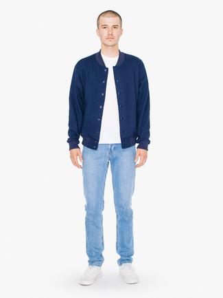 Comment porter: veste universitaire bleu marine, t-shirt à col rond blanc, jean bleu clair, baskets basses blanches
