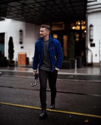 Comment porter: veste universitaire bleue, t-shirt à col rond gris foncé, jean skinny noir, bottes de loisirs en cuir noires