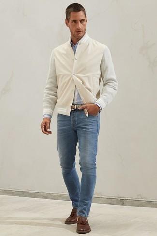 Comment porter une chemise à manches longues à rayures verticales bleu clair: Pense à harmoniser une chemise à manches longues à rayures verticales bleu clair avec un jean bleu pour une tenue confortable aussi composée avec goût. Jouez la carte classique pour les chaussures et choisis une paire de mocassins à pampilles en cuir marron.