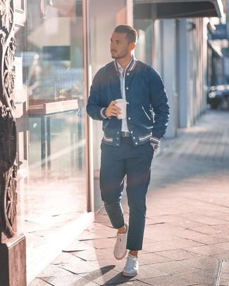 Comment porter: veste universitaire bleu marine, chemise à manches longues à rayures verticales bleu clair, pantalon chino bleu marine, baskets basses en cuir blanches