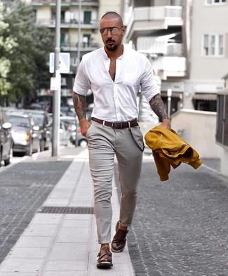 Comment porter: veste universitaire moutarde, chemise à manches longues blanche, pantalon chino gris, double monks en cuir marron foncé