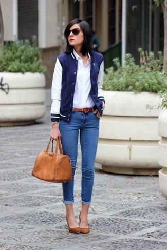 Comment porter: veste universitaire bleu marine et blanc, chemise de ville blanche, jean skinny bleu, escarpins en daim marron