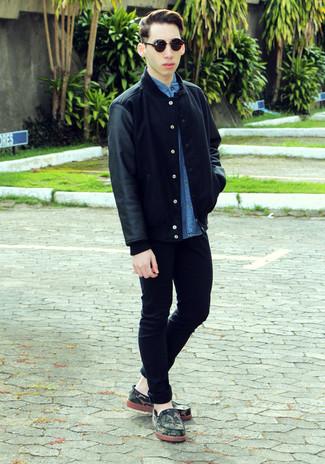 Comment porter: veste universitaire noire, chemise à manches courtes en denim bleue, jean skinny noir, mocassins en daim camouflage vert foncé