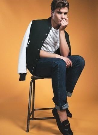 Comment porter une veste universitaire noire et blanche: Marie une veste universitaire noire et blanche avec un jean bleu marine pour un look de tous les jours facile à porter. Jouez la carte classique pour les chaussures et opte pour une paire de des slippers en cuir noirs.