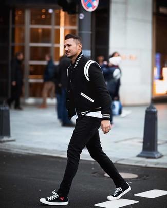 Comment porter: veste universitaire noire et blanche, t-shirt à col rond blanc, jean skinny noir, baskets basses en toile noires et blanches