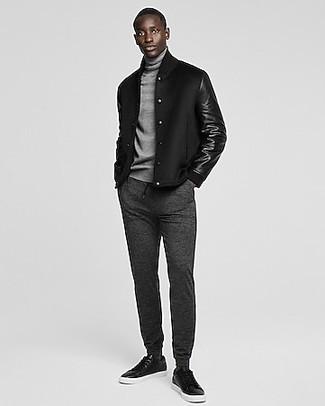 Comment porter une veste universitaire noire: Choisis une veste universitaire noire et un pantalon de jogging gris foncé pour un look confortable et décontracté. Choisis une paire de baskets basses en cuir noires pour afficher ton expertise vestimentaire.