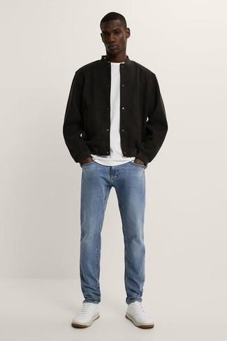 Comment porter une veste universitaire noire: Les journées chargées nécessitent une tenue simple mais stylée, comme une veste universitaire noire et un jean bleu clair. Assortis ce look avec une paire de baskets basses en cuir blanches.